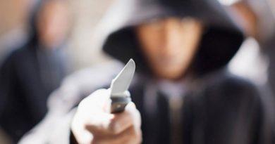 nůž, útočník