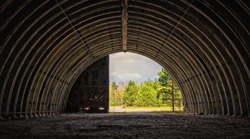 hangar Fotka od Peter H z Pixabay